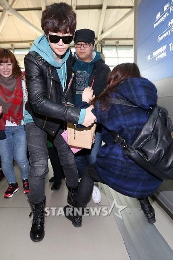 [★포토]'매너남' 준호, '팬을 보호하라!'