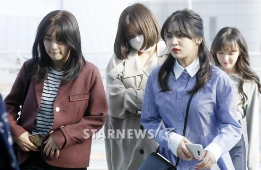 [★포토]레드벨벳, '고개 숙인 출국길'