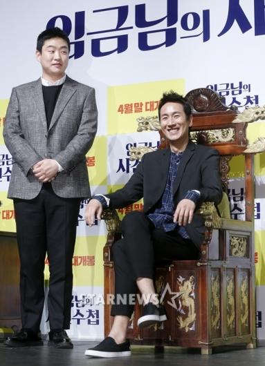 [★포토]안재홍-이선균, '긴장한 사관과 여유로운 왕'