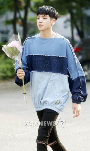 [★포토]우석, '꽃 들고 너에게 가는 중'