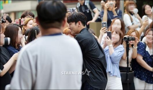 [★포토]지창욱, '팬서비스는 확실하게'
