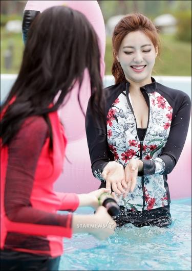 [★포토]미코 미 이수연, '앗! 차가워'