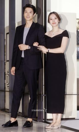 [★포토]이동건-조윤희, '결혼 후 첫 동반 공식석상 나들이'