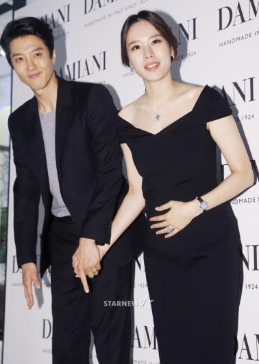 [★포토]조윤희, '한 손은 남편, 한 손은 아기에게'