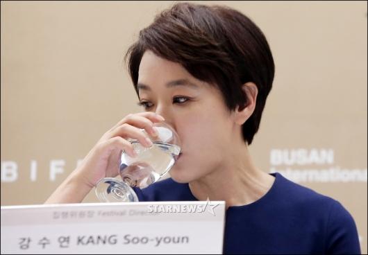 [★포토]물 마시는 강수연 집행위원장