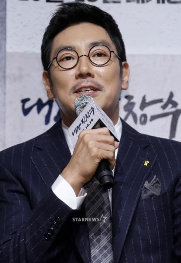 [★포토]조진웅, '가슴의 노란 리본'