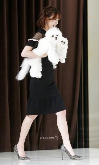 [★포토]이수경, '강아지 두마리 안고 성큼성큼'