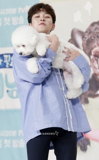 [★포토]딘딘, '강아지 안고 고군분투'