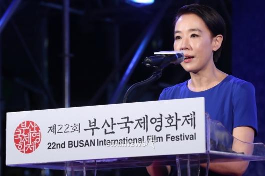 [★포토]축사하는 강수연 집행위원장