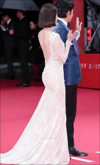 [★포토]윤아, '뒤에 뻥 뚫린 드레스'