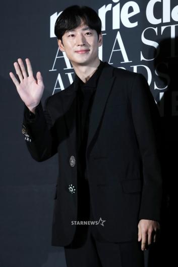 [★포토]이제훈, 매력적인 손 인사