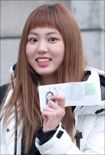 [★포토]권은빈, '수험표 들고 미소 활짝'