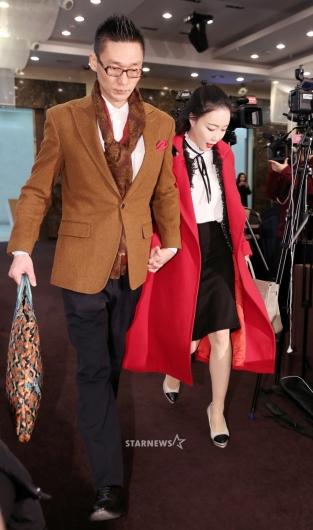 [★포토]왕진진-낸시랭, '고개 숙인 채 기자회견 참석'