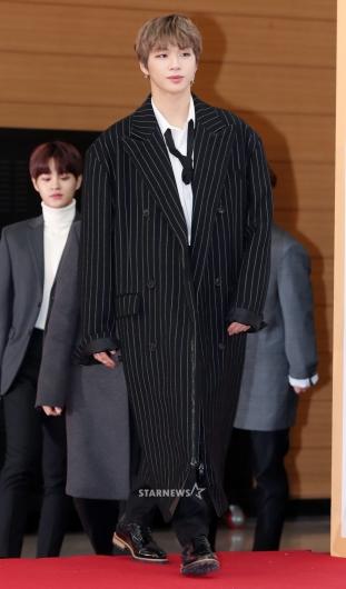 [★포토]강다니엘, '커도 너무 큰 코트'
