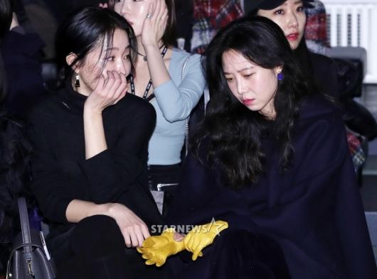 [★포토]엄지원-공효진, '쇼장에서 만나 진지한 대화'