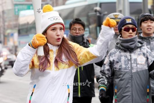 [★포토]전소미, '성화 들고 무아지경 댄스'
