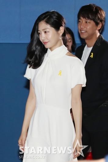 [★포토]'세월호 4주기' 노란리본 단 이은우-오만석