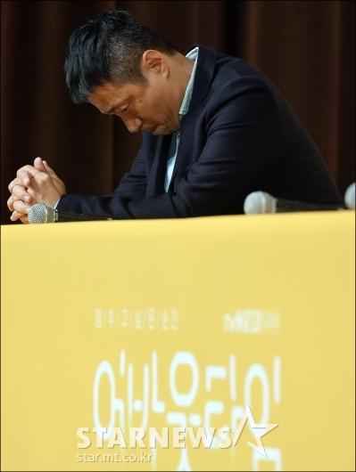 [★포토]하차 이서원 질문에 고개숙인 김형식 PD