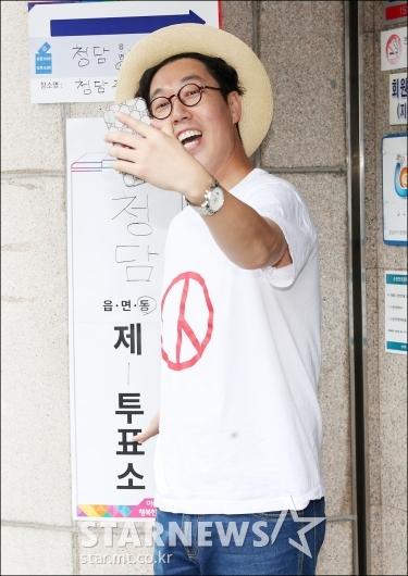 [★포토]김영철, '투표 인증샷은 남겨야지!'