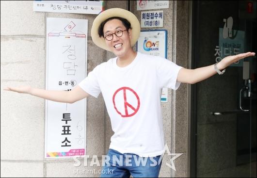 [★포토]김영철, '투표소 앞에서 포즈!'