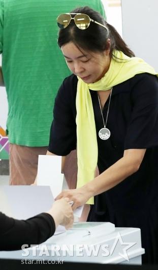 [★포토]이혜영, '소중한 한표 조심조심'