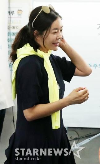 [★포토]이혜영, '투표하러 와서 미소를 살짝'