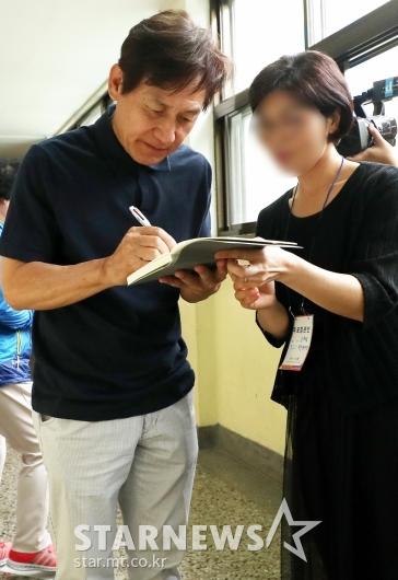 [★포토]안성기, '투표 마치고 사인 팬서비스'