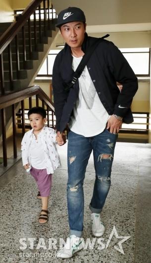 [★포토]박건형, '귀여운 아들과 함께 투표소 방문'