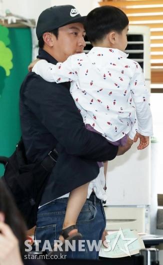 [★포토]박건형, '아들 바라보는 꿀눈빛'