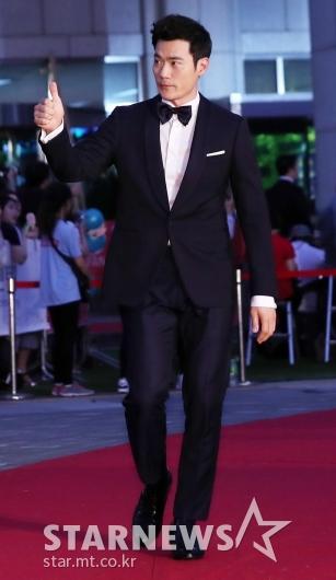[★포토]김강우, '팬들에게 엄지 척'