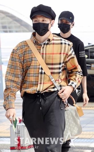 [★포토]강다니엘-옹성우, '모자에 마스크로 중무장'