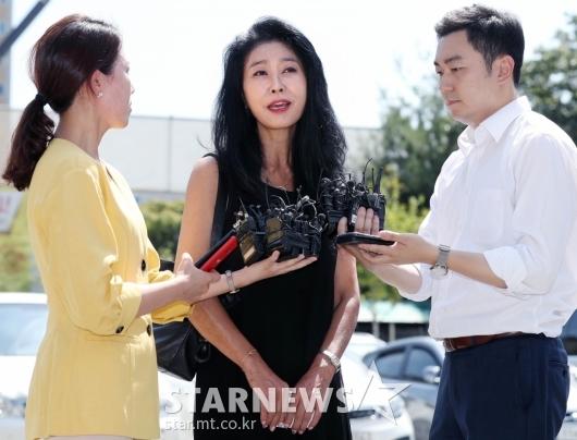 [★포토]김부선, 피고발인 신분으로 경찰 출석
