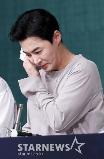 [★포토]신혜성, '땀나는 기자간담회'