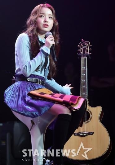 [★포토]로시, '신승훈 대표님이 사준 기타예요'
