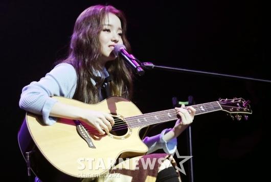 [★포토]로시, '신승훈 대표가 사준 기타로 노래'