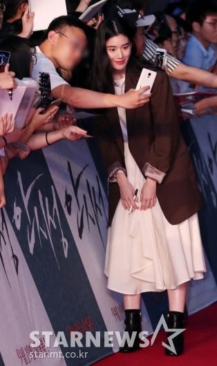 [★포토]정은채, '팬들과 무릎 굽혀 사진 찰칵'