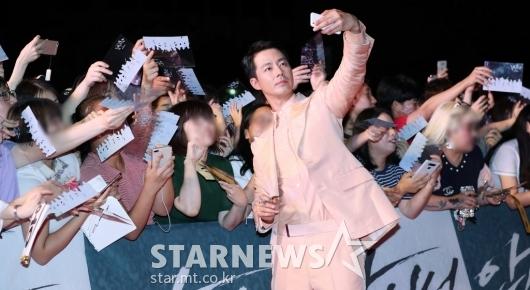 [★포토]조인성, '긴 팔로 셀카 촬영'