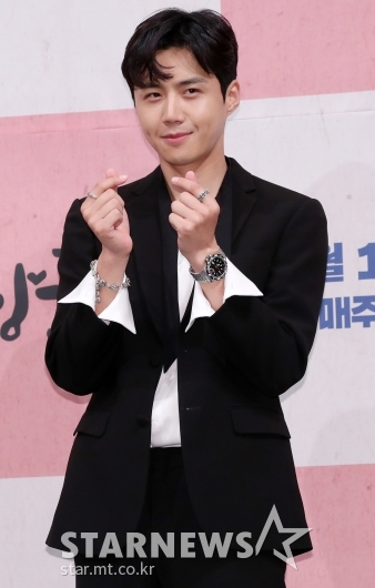 [★포토]김선호, '수줍게 하트 선물'