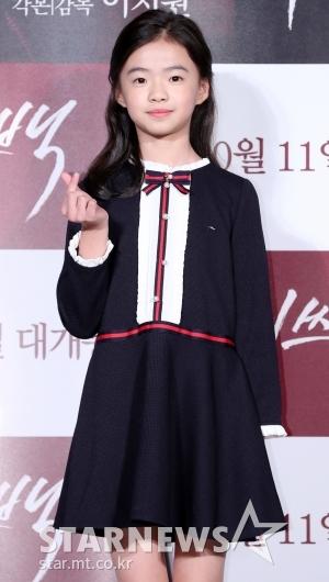 [★포토]김시아, '소녀의 귀여운 손인사'