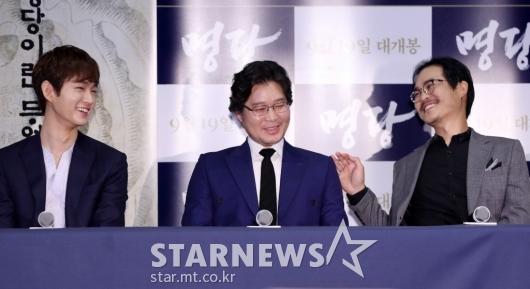 [★포토]이원근-김성균, '유재명 연애사에 빵!'