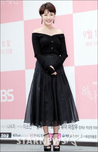 [★포토]윤진이, '어깨라인 드러낸 패션'