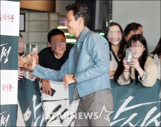 [★포토]이정재, '팬들 챙기는 대스타'