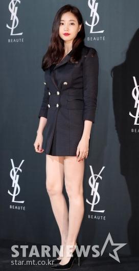 [★포토]김사랑, '롱자켓 하나로 끝낸 패션'