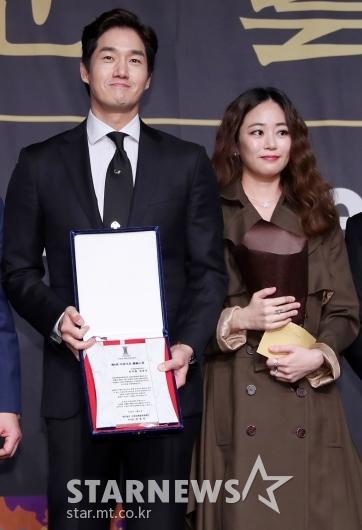 [★포토]유지태-김효진, '나란히 상 받은 보기좋은 부부'