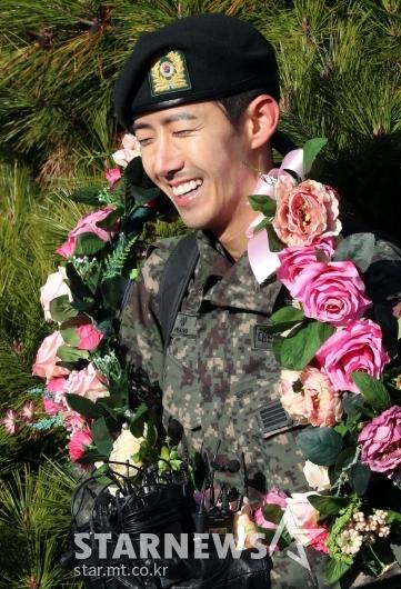 [★포토]'전역' 광희, 종이인형 잊어주세요!