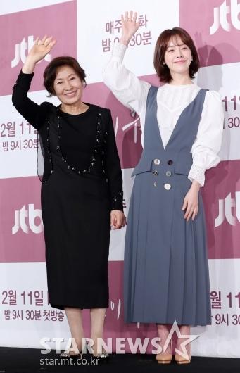 [★포토]김혜자-한지민, '묘하게 닮은듯한 두 혜자'