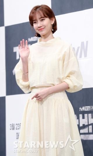 [★포토]신현빈, '사랑스러운 손인사'
