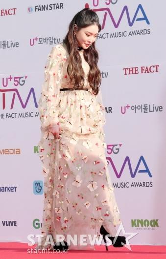 [★포토]청하, '긴 드레스에 숨겨졌던 송곳킬힐'