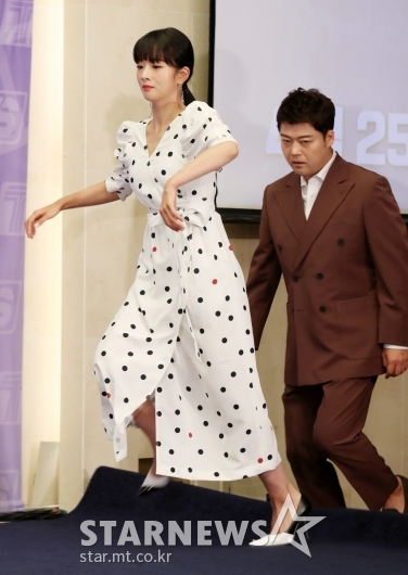 [★포토]윤보미, '넘어질뻔 한 아찔한 상황'
