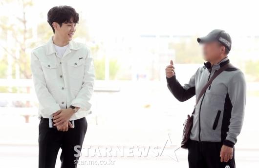 [★포토]최우식, '지나가던 여행객과 친근한 대화'